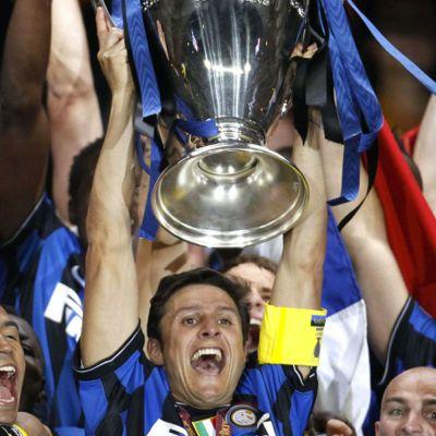 zanetti-solleva-la-coppa-al-cielo-del-bernabeu-e-dell-inter-la-champions-league-2009-2010